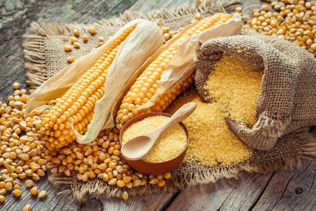 gries en zaden Corn, maïskolven op houten rustieke tafel. selectieve aandacht