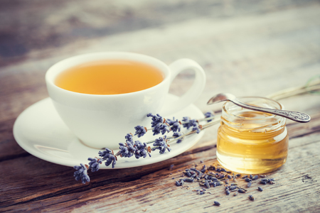 lavanda: Saludable taza de t� de lavanda, tarro de miel y flores de lavanda. Enfoque selectivo. De estilo retro.