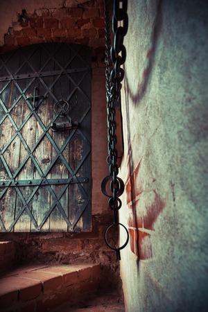 puertas antiguas: Fragmento de la prisión mazmorra medieval. Centrarse en la puerta antigua. Foto de archivo