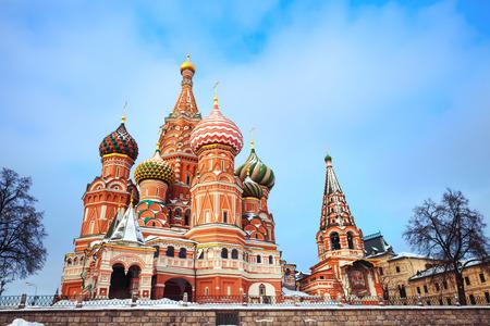 Hermosa atracción Moscú - catedral de la albahaca santa con cúpulas de colores en la Plaza Roja en el invierno Foto de archivo
