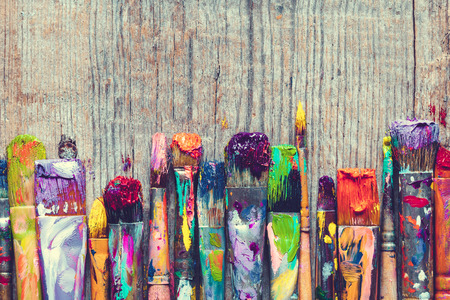 Rij van artist paint brushes closeup op oude houten achtergrond. Stockfoto