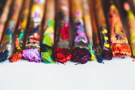 brocha de pintura: Pinceles de artista de cerca sobre lienzo artístico. enfoque selectivo. Foto de archivo