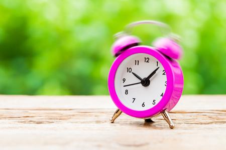 reloj despertador: Reloj de sonido de alarma de color rosa Foto de archivo