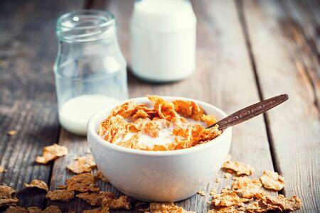 cereales: Cereales, desayuno, trigo, escamas, tazón, leche, botellas, madera, cocina, tabla Foto de archivo