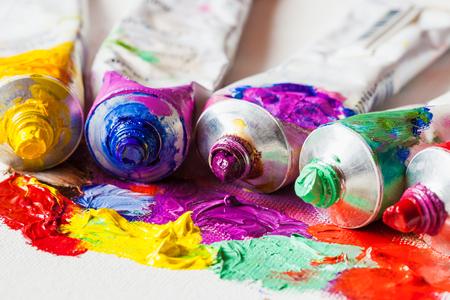 paleta de pintor: Tubos de primer plano de la pintura de aceite en la paleta de artista con las pinturas