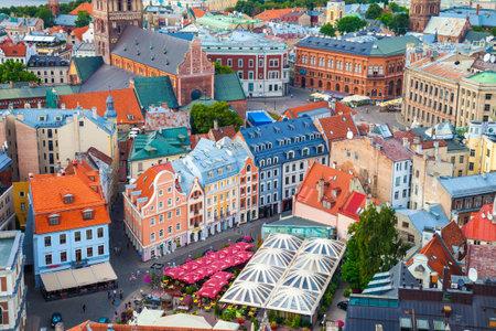 Riga, Letland - 24 augustus 2015: Uitzicht vanaf de toren van Saint Peters Church op de daken van de oude huizen in de oude stad van Riga, Letland.