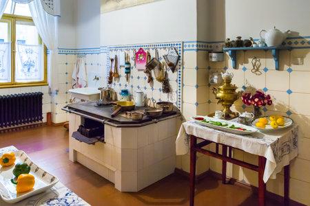 cocina vieja: Riga, Letonia 26 de agosto de 2015: Cocina en el apartamento del arquitecto letón Konstantins Pekshens en el Museo de Arte Nouveau ubicado en la calle Alberta, 12 en Riga, Letonia.