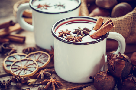 frutas secas: Mulled wine in mugs, dry fruits and roasted chestnuts