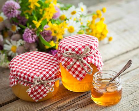 elixir: Tarros de miel y hierbas curativas. la medicina herbal y nutracéuticos.