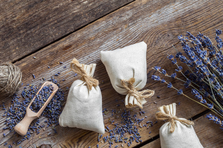 flores secas: Bunch of lavender flowers and sachets filled with dried lavender. Top view. Flat lay.