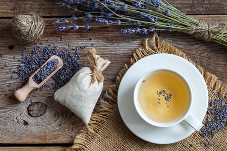 Bos van lavendelbloemen, sachets gevuld met gedroogde lavendel en gezonde thee. Bovenaanzicht. Plat leggen. Stockfoto