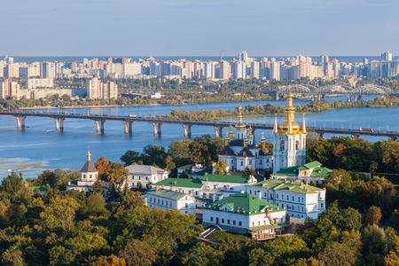 Uitzicht op Kiev Pechersk Lavra en Dnepr rivier. Kiev, Oekraïne. Stockfoto