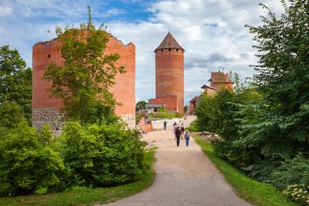 El camino al antiguo castillo de Turaida. Sigulda, Letonia. Foto de archivo - 70333076