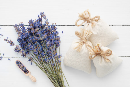 Boeket van droge lavendelbloemen en sachets gevuld met gedroogde lavendel. Bovenaanzicht. Plat leggen. Stockfoto