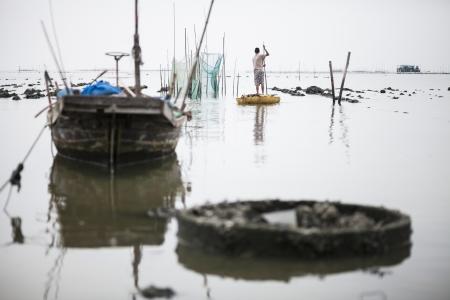 pesquero: Pescador y viejo barco de pesca de las pesquer�as costeras