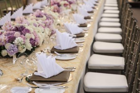 flower arrangement white table: The elegant dinner table