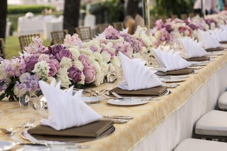 Der elegante Tisch Standard-Bild - 17901641