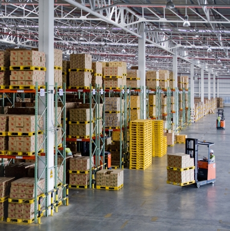 warehouse forklift: almac�n moderno Editorial