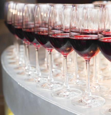 glazen wijn in de bar