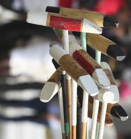 Een set van Polo Rackets liggend op het gras