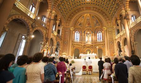 Het binnenland van het de Kathedraalhuwelijk van de kerk met rijen van elegant