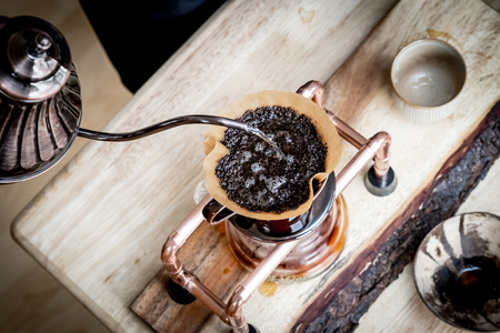 papel filtro: Café del goteo de la mano