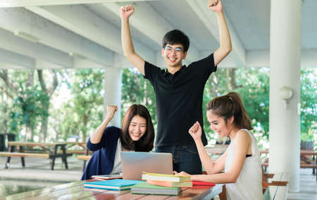 De jonge Groep van Studenten voltooit, beëindigt Lezingsboek in het Concept van het Leslokaalonderwijs
