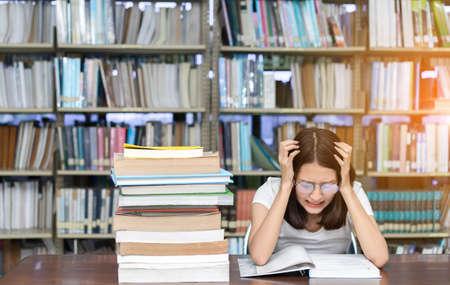 Chica joven estudiante con gafas Libro de lectura Superposición Seria, Examen duro, Examen, Prueba Dormir dolor de cabeza preocupación en el aula Educación Biblioteca Universidad Centro de conocimiento