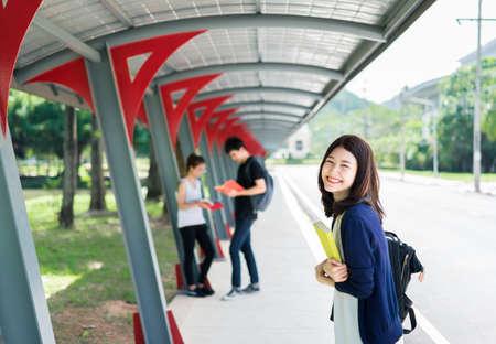 Jonge studentengroep met schoolmappen Boek in het onderwijs Campus Universiteit Buiten