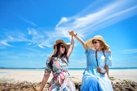 De jonge vrouw Aziaat samen in Hawaï kleedt zich met hoed op de pret van de strandzomer en gelukkig ontspant in vakantietijd in weekend.