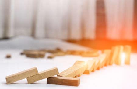 Houten blokstap crash-mislukking en risico op business en drapeerwissel, keuzebedrijf riskante mislukte projectplanconstructie riskeren