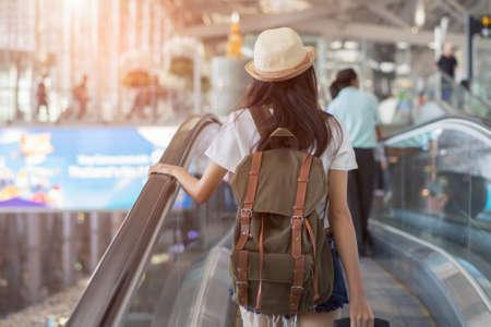 에스 컬 레이터에 공항 터미널에서 배낭과 아시아 여자 휴가 여행자 국제 공항, 어린 소녀 관광 라이프 스타일 여행자 스톡 콘텐츠