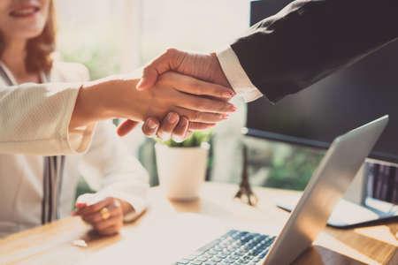 Uścisk dłoni partnerstwa biura biznesowego biznesmeni uścisk dłoni współpracowników i powitanie dołączają do koncepcji spotkania współpracy w miejscu pracy Zdjęcie Seryjne