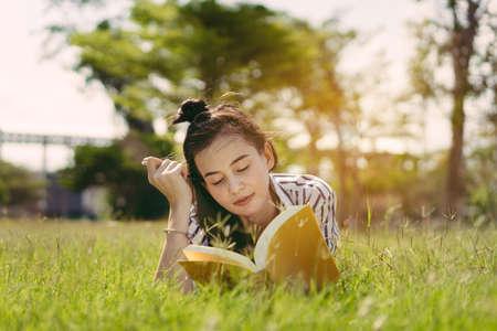 Het jonge boek van de studentelezing in universitaire campusuniversiteit en studie het leren kennis bij park openlucht