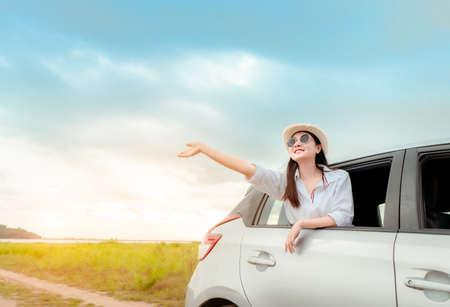 Viaggio in auto del viaggio della donna con la finestra aperta della valigia sul lago e sul fiume in vacanza estiva viaggio su strada in vacanza a destinazione, stile di vita delle persone del veicolo di trasporto del viaggiatore