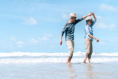 Asiatisches Paar senior Ältester tanzen Ruhestand Ruhe entspannen bei Sonnenuntergang Strand Flitterwochen Familie zusammen Glück Menschen Lifestyle