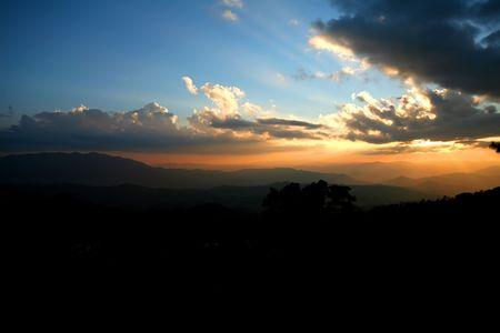 Sonnenuntergang hinter dem Berg von thailand Standard-Bild - 6715917
