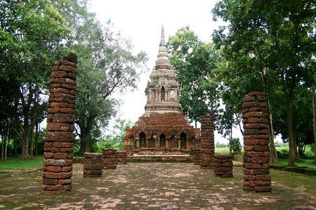 Antike Tempel in städtischen Thailand  Standard-Bild - 6715934