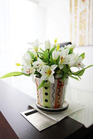 Blumenvase auf dem Tisch Standard-Bild - 6716240