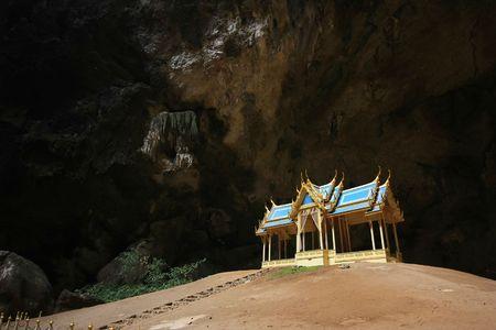 Kleiner Tempel in einer Höhle Standard-Bild - 6716099