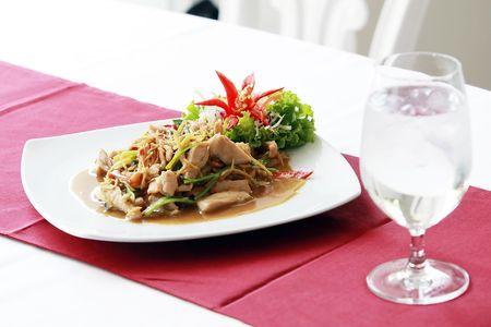 Thai-Küche mit Wasserglas Standard-Bild - 6715848