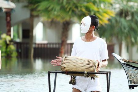 Maske Mann thai traditional Music Instrument spielen Standard-Bild - 6715845
