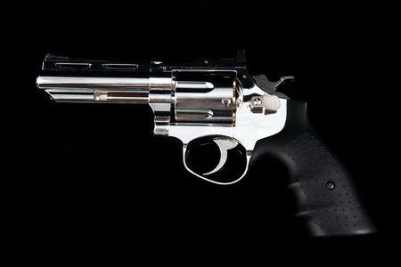 Ein Revolver-Geschütz auf einem schwarzen Hintergrund Standard-Bild - 6736133