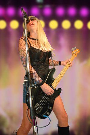 spigola: Femmina concerto rock star eseguendo sul palco.  Archivio Fotografico