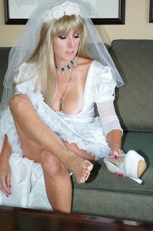 sexy füsse: blonde Braut setzen auf Ihre Schuhe Lizenzfreie Bilder