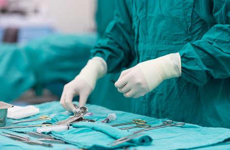 scrub verpleegkundige voorbereiding van medische instrumenten voor de bediening