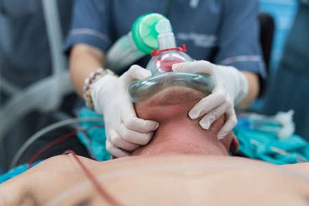 酸素マスクの保持と事前酸素あごリフト位置