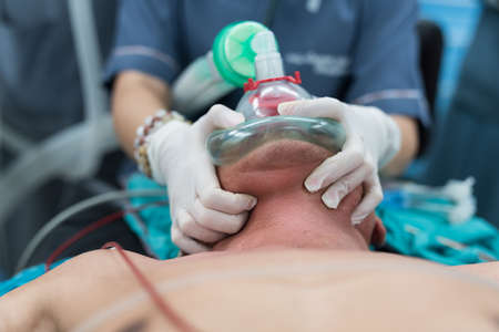 pre oxygenation chin lift position with holding oxygen mask Stok Fotoğraf