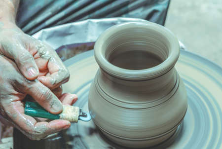 Potter make a clay bowl on a potter wheel at Koh Kret Pottery Village and Brewery, Pak Kret District, Nonthaburi,Thailand Stockfoto