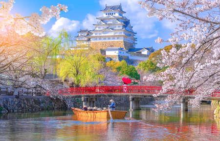 El castillo de Himeji con hermosas flores de cerezo, el castillo de Himeji es el famoso mirador de las flores de cerezo en Osaka, Japón